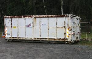 Altpapiercontainer am Hallenbad